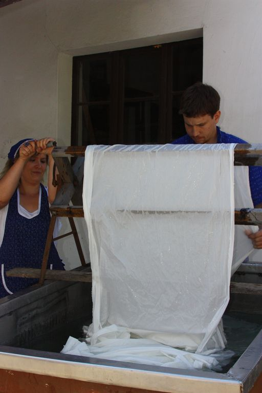 Der ausgekochte Stoff wird danach im sauberen Wasser gespült.