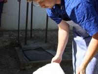Dann die gekochte und gespülte weisse Stoffbahnen werden wellenartig im Dachboden auf Holzleisten aufgehängt.