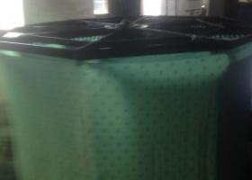 Zum Vorschein kommt ein gelb-grünes Stück Stoff. Erst mit dem Sauerstoff verwandelt sich durch Oxidation die grüne Farbe in eine blaue.
