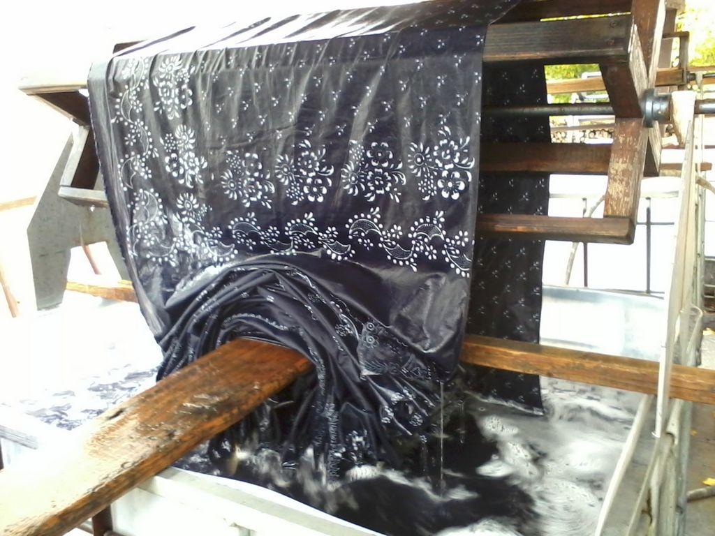 Danach muss der Stoff noch mehrere gespült werden, um Farbreste auszuschwemmen.