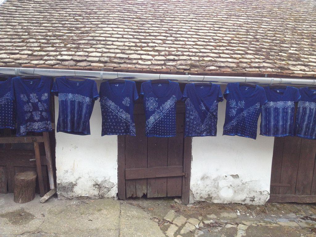 Die handbedructe und mit Indigo gefärbte T-Shirts sind auch sehr Unikate.