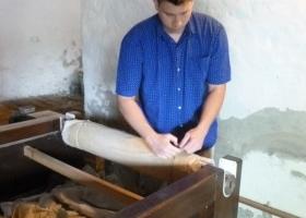 Wir rollen die Blaudruckstoffe mit einem weisses Tuch zusammen gegen Schmutz.