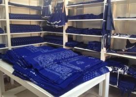 Die fertige handbedruckte Blaudruck Tischdecken muss schneiden. Die fertige Blaudruck Meterware wird meterweise zusammengelegt und verkauft oder bearbeitet.